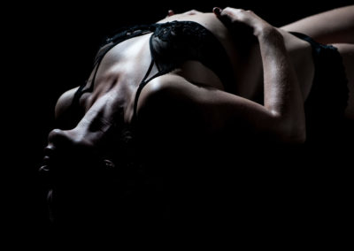 Portrait einer am Rücken liegenden Frau mit Unterwäsche