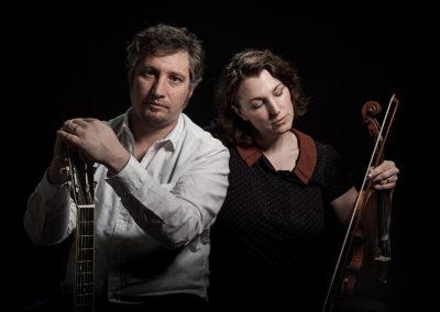 Portrait eines musikalischen Ehepaars. Frau mit Violine Mann mit Gitarre.