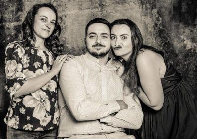 Studioportrait von drei erwachsenen Geschwistern, die herumalbern.